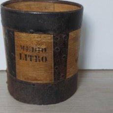Antigüedades: MUY ANTIGUO Y PRECIOSO MEDIDOR DE MEDIO LITRO EN MADERA Y METAL - FIRMADO JOSE RIPOLL MADRID -. Lote 286898028