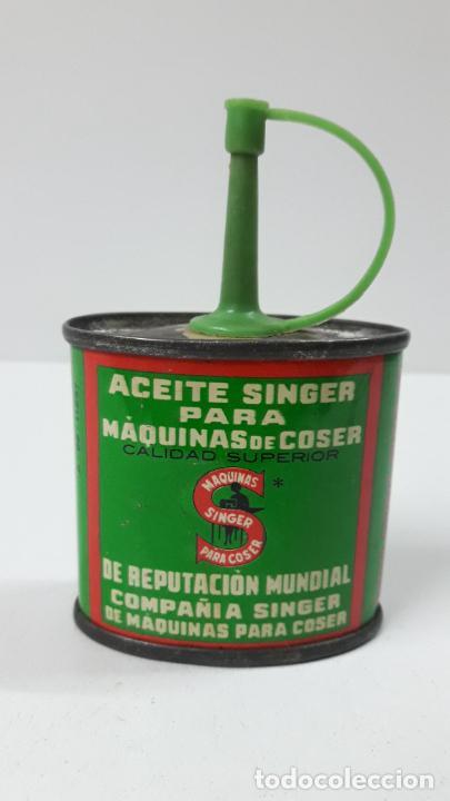 Antigüedades: ANTIGUA LATA / BOTE DE ACEITE SINGER PARA MAQUINA DE COSER . SIN CONTENIDO . ALTURA 9 CM - Foto 3 - 286921173