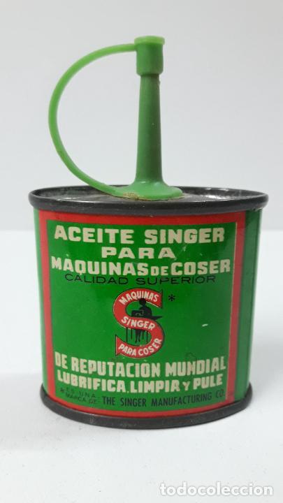 ANTIGUA LATA / BOTE DE ACEITE SINGER PARA MAQUINA DE COSER . SIN CONTENIDO . ALTURA 9 CM (Antigüedades - Técnicas - Máquinas de Coser Antiguas - Singer)
