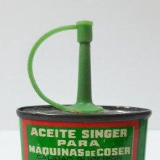 Antigüedades: ANTIGUA LATA / BOTE DE ACEITE SINGER PARA MAQUINA DE COSER . SIN CONTENIDO . ALTURA 9 CM. Lote 286921173