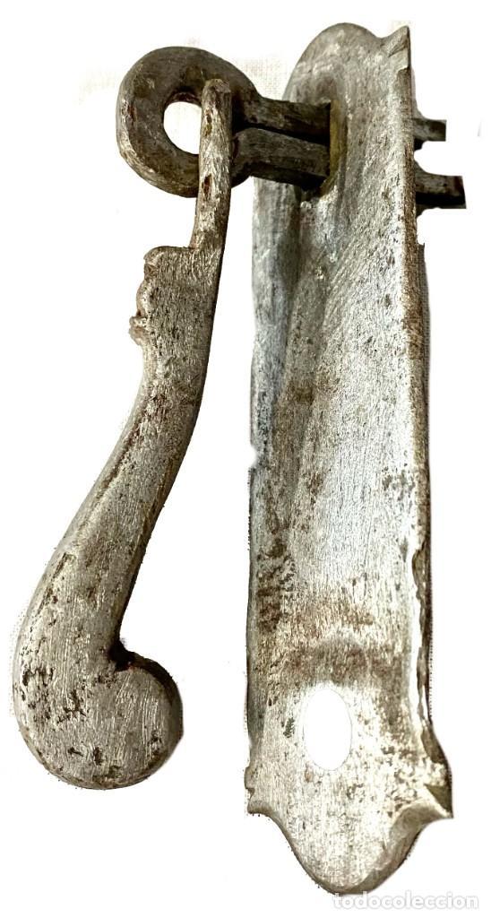 Antigüedades: Llamador, aldaba gótica de hierro forjado. Siglo XV. Fálico, martillo. Restaurado. 10x8x3 - Foto 2 - 286875193