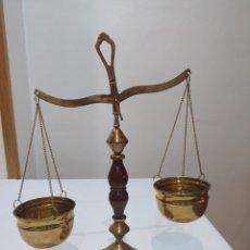 Antigüedades: ESPECTACULAR BALANZA ANTIGUA DE MADERA Y LATÓN. Lote 287237463