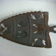 Antigüedades: PORTAPLANCHAS ANTIGUO DE HIERRO -(&). Lote 287425568