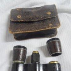 Antigüedades: PRISMÁTICOS / BINOCULARES CON ESTUCHE , OJO PARA RESTAURAR, VER FOTOS. Lote 287466283