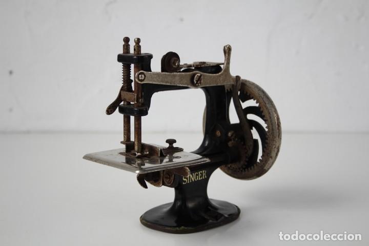 Antigüedades: Mini máquina de coser infantil Singer. USA. Años 20-30. - Foto 3 - 287468828
