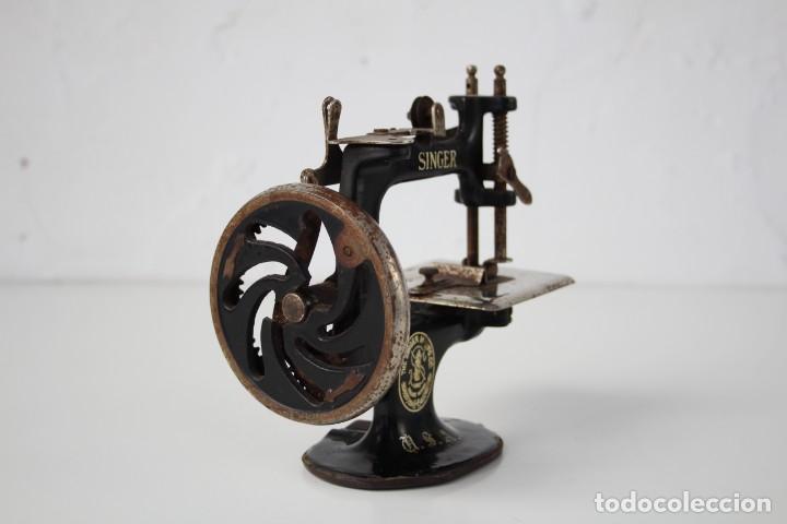 Antigüedades: Mini máquina de coser infantil Singer. USA. Años 20-30. - Foto 4 - 287468828