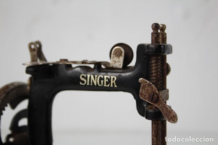 Antigüedades: Mini máquina de coser infantil Singer. USA. Años 20-30. - Foto 5 - 287468828