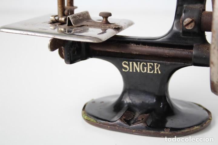 Antigüedades: Mini máquina de coser infantil Singer. USA. Años 20-30. - Foto 9 - 287468828