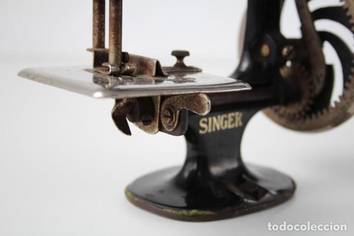 Antigüedades: Mini máquina de coser infantil Singer. USA. Años 20-30. - Foto 10 - 287468828