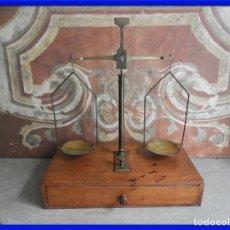 Antigüedades: BALANZA DE LABORATORIO CON CAJON Y PESAS. Lote 287566608