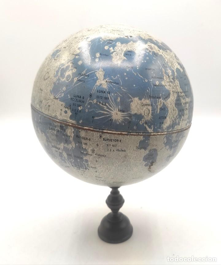 Antigüedades: Esfera lunar danesa metálica, con lugares y fechas de alunizajes de 1966. Peana en madera. - Foto 2 - 287894213