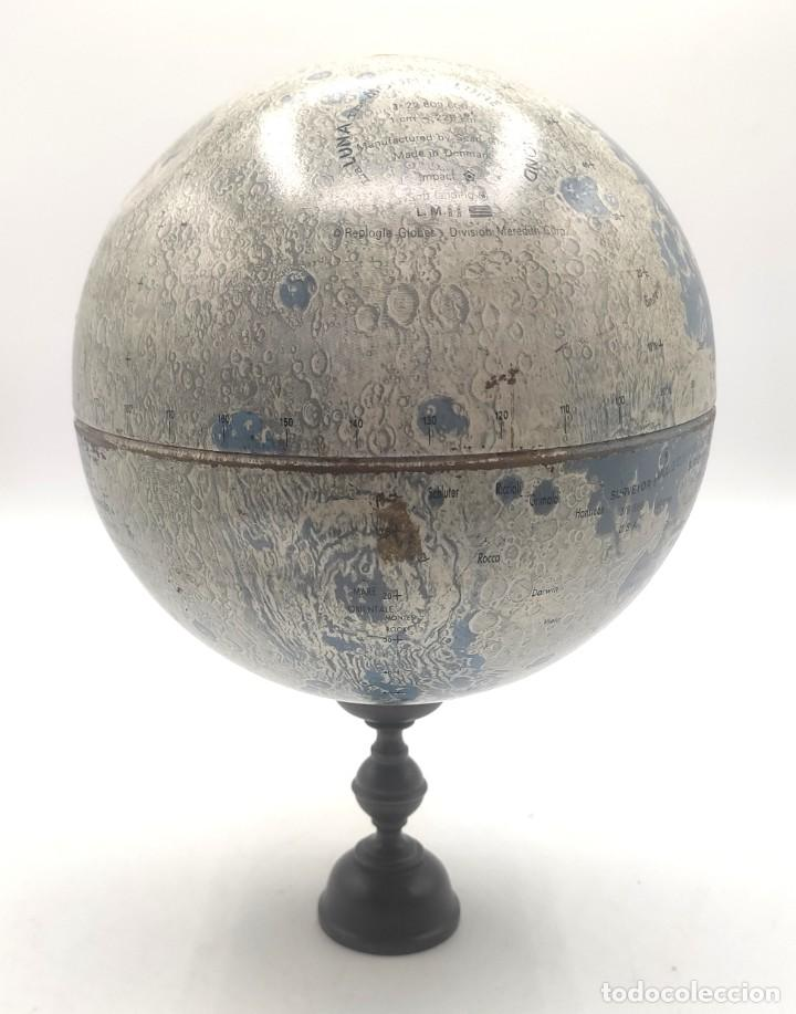 Antigüedades: Esfera lunar danesa metálica, con lugares y fechas de alunizajes de 1966. Peana en madera. - Foto 3 - 287894213