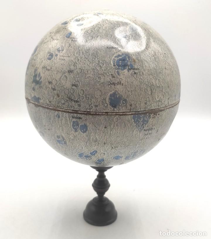 Antigüedades: Esfera lunar danesa metálica, con lugares y fechas de alunizajes de 1966. Peana en madera. - Foto 4 - 287894213