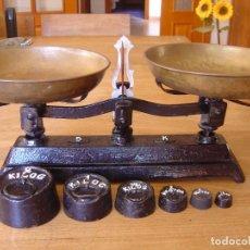 Antigüedades: ANTIGUA BALANZA DE 5 KG. DE FUERZA CON JUEGO DE PESAS COMPLETO. Lote 287998993