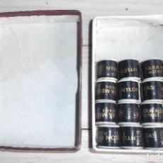 Antigüedades: ANTIGUA CAJA DE HILO NYLON LA PALETA PARA MEDIAS CON 16 BOBINAS - ARTICULO 201 - COLOR NEGRO. Lote 288355283