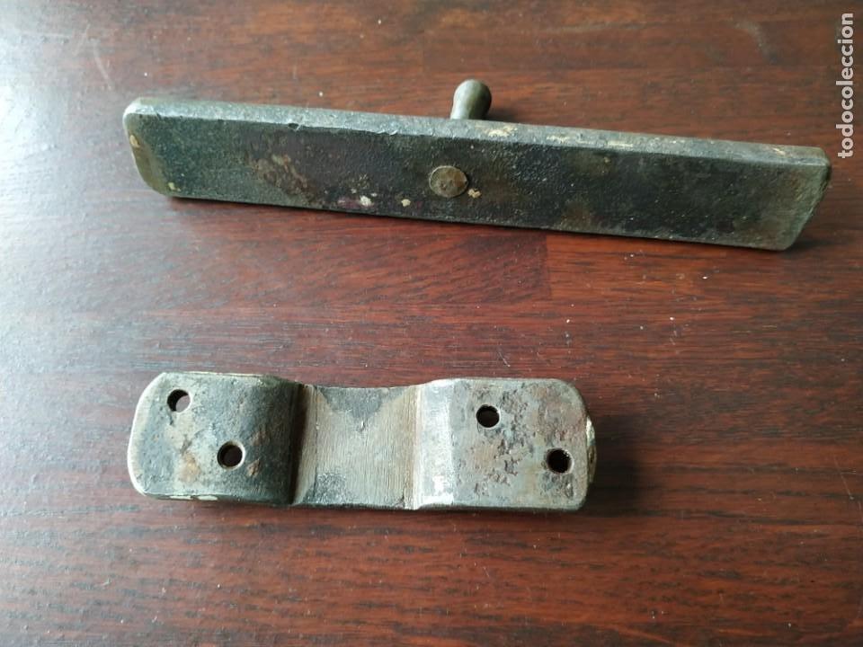 Antigüedades: Pestillo o pasador de portón de finales del XIX, consta de tres piezas pasador central - Foto 3 - 288677583