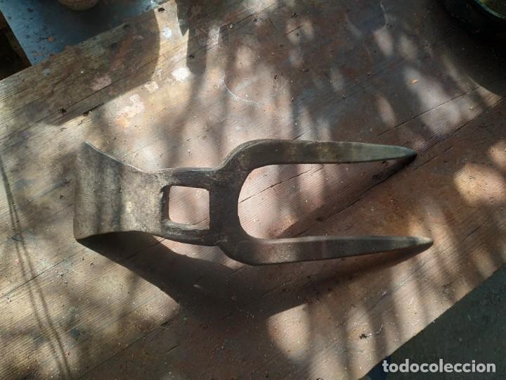 Antigüedades: Horquilla o arpiots grande de dos puntas con pequeña azadilla o caveguet hierro forjado finales XIX - Foto 3 - 288685383