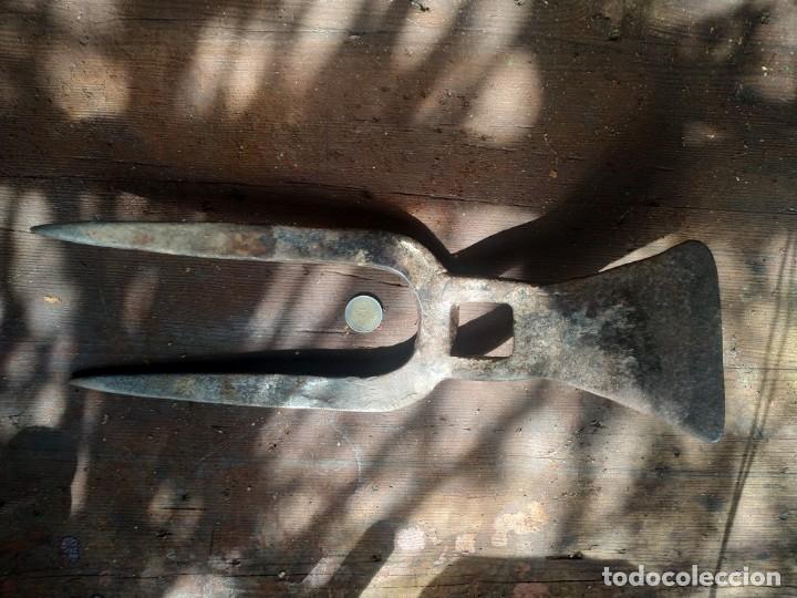 Antigüedades: Horquilla o arpiots grande de dos puntas con pequeña azadilla o caveguet hierro forjado finales XIX - Foto 4 - 288685383
