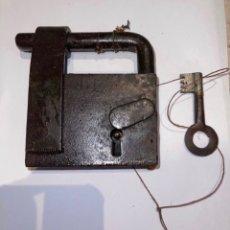 Antigüedades: CANDADO HIERRO FORJADO SIGLO XVIII CON LLAVE ORIGINAL. Lote 288865758