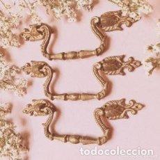 Antigüedades: PRECIOSOS TIRADORES ANTIGUOS CLÁSICOS DE BRONCE MACIZO ANTIQUE UNIQUE. Lote 288886813