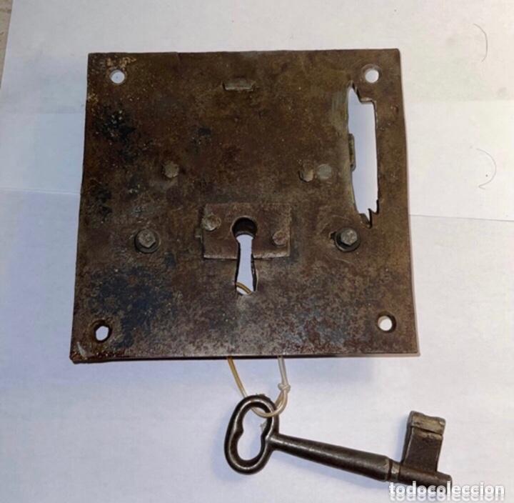 ANTIGUA CERRADURA DE HIERRO FORJADO SIGLO XVIII CON LLAVE (Antigüedades - Técnicas - Cerrajería y Forja - Cerraduras Antiguas)