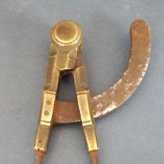 Antigüedades: COMPAS MACIZO DE LATON Y HIERRO, 17CM APROX DE LARGO. Lote 288889858