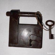 Antigüedades: CANDADO HIERRO FORJADO SIGLO XVIII CON LLAVE ORIGINAL. Lote 288897548