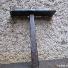 Antigüedades: ANTIGUA CUÑA DE MAESTRO TONELERO, APRIETE AJUSTE FLEJES EN BARRILES BARRICAS TONELES 750GR + INFO. Lote 288966443