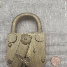 Antigüedades: ESPECTACULAR CANDADO CON SU LLAVE GRANDE. Lote 289468873