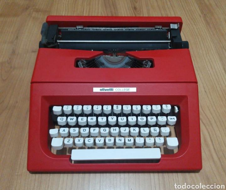 MÁQUINA DE ESCRIBIR OLIVETTI COLLEGE ROJA 1975 VINTAGE POP IDEAL DECORACIÓN (Antigüedades - Técnicas - Máquinas de Escribir Antiguas - Olivetti)