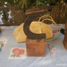 Antigüedades: SOPORTE MEDIO PIÉ HIERRO CON BASE DE MADERA 12X12X5,5 ÚTIL ZAPATERO ALTURA 29 CM.. Lote 290144983