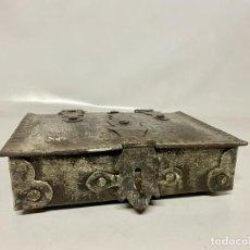 Antigüedades: ANTIGUA CAJA DE HIERRO FORJADO. Lote 291847083