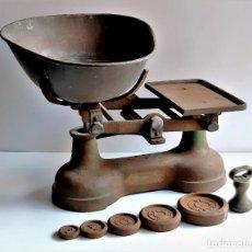Antigüedades: BASCULA O BALANZA CON PESOS - 45.CM LARGO X 38 X 32.CM ALTO APROX. Lote 293753868