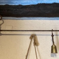 Antigüedades: BALANZA ROMANA ANTIGUA CON SU IMPONENTE PESA PILÓN DE BRONCE.. Lote 220669213