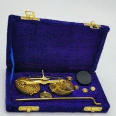 Antigüedades: ANTIGUA BALANZA DE PRECISIÓN DE BRONCE. 17X10 CM.. Lote 294850478