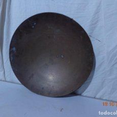 Antigüedades: MUY ANTIGUA MAS DE 100 AÑOS E IMPORTANTE BATEA PARA EL ORO DE COBRE, COMPLETA GRANDE BUEN ESTADO. Lote 294935348