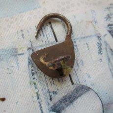 Antigüedades: PEQUEÑO ( 3.5 CM.) CANDADO CON LLAVE-. Lote 294941628
