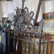 Antigüedades: ANTIGUA Y ESPECTACULAR REJA DE FORJA XVI CON ESPECTACULAR COPETE. Lote 295611048
