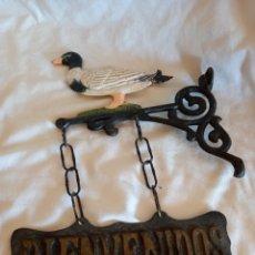 Antigüedades: BONITO ADORNO EN HIERRO PATO BIENVENIDOS. Lote 295790043