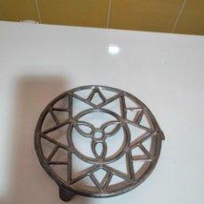 Antigüedades: SOPORTE DE METAL PARA PLANCHA. Lote 295900178