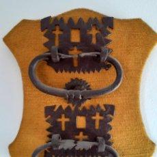 Antigüedades: PAREJA ALDABAS ANTIGUAS DE FORJA - MOTIVOS RELIGIOSOS. Lote 295937878