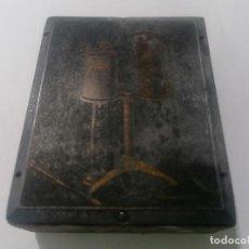 Antigüedades: TAMPON, PLANCHA DE IMPRENTA , METALICA Y MADERA, MEDIDAS 5,5 X 7 CM. Lote 296943323