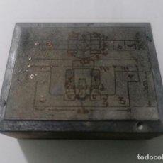 Antigüedades: TAMPON, PLANCHA DE IMPRENTA , METALICA Y MADERA, MEDIDAS 5,5 X 4,5 CM. Lote 296943438