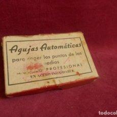 Antigüedades: AGUJA PARA COGER PUNTOS A MEDIAS. CAJA DE AGUJAS AUTOMATICAS. Lote 297022973