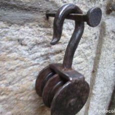 Antigüedades: PASTECA GARRUCHA MOTON DOBLE - HIERRO FORJA, ROLDANAS MADERA. 800GR 19CM ALTO + INFO. Lote 297088908