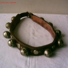 Antigüedades: COLLARIN DE CABALLO .. DE CUERO CON METAL .. TIENE 10 CASCABELES. Lote 15868532