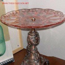 Antigüedades: MAGNIFICO FRUTERO ANTIGUO EN CRISTAL ROSA CON PIE DE PROFUSO RELIEVE. Lote 12513642