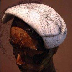 Antigüedades: TOCADO SRA. EN FIELTRO BLANCO - AÑOS 40 . Lote 26534573