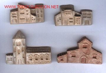 LOTE DE FIGURAS DE BELEN, DE BARRO, HECHAS A MANO. 4 CASAS. (Antigüedades - Porcelanas y Cerámicas - Otras)