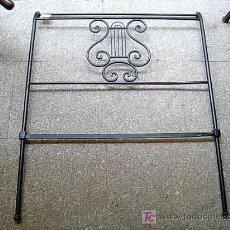 Antigüedades: ANTIGUO CABEZAL DE HIERRO MACIZO CON LIRA EN EL CENTRO EN HIERRO FUNDIDO. Lote 9734898